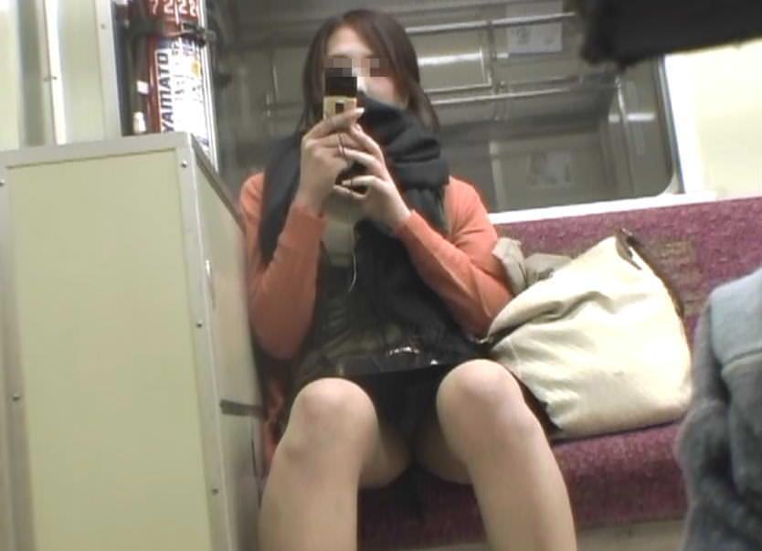 【パンチラエロ画像】熱い視線が対面から突き刺さる!電車内の隙ありパンチラwww 11