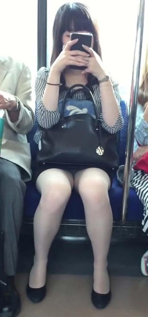 【パンチラエロ画像】熱い視線が対面から突き刺さる!電車内の隙ありパンチラwww 15
