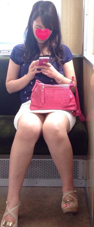 【パンチラエロ画像】熱い視線が対面から突き刺さる!電車内の隙ありパンチラwww 16