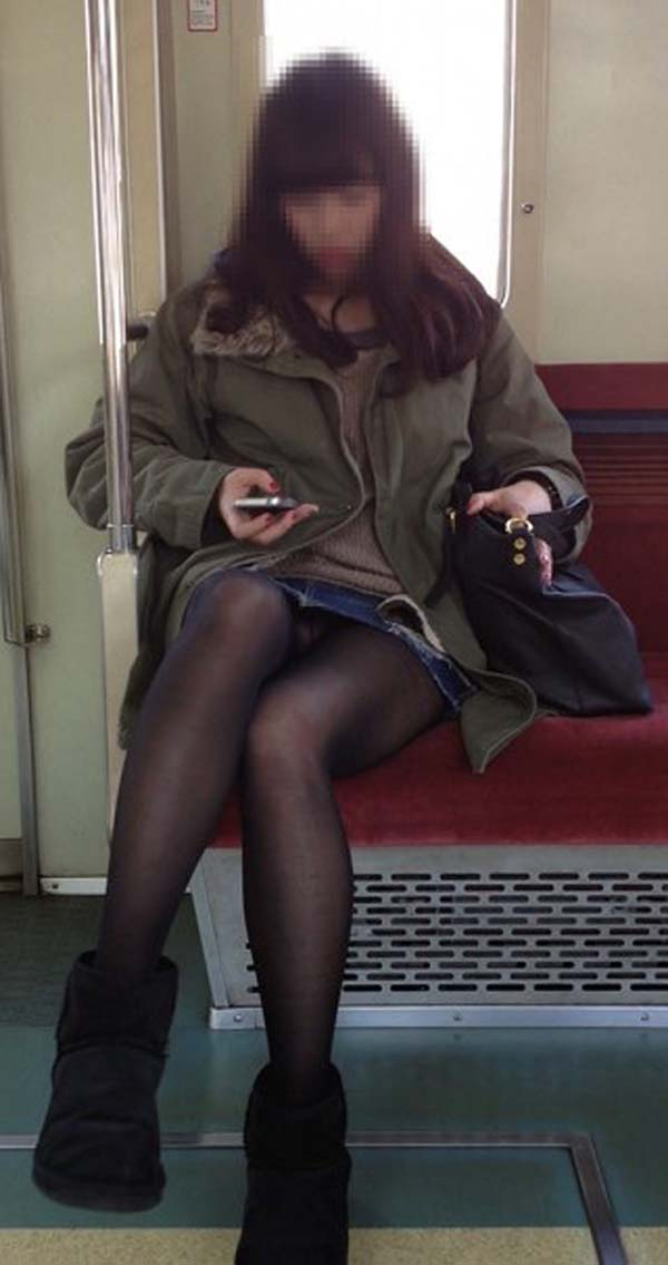 【パンチラエロ画像】熱い視線が対面から突き刺さる!電車内の隙ありパンチラwww 18