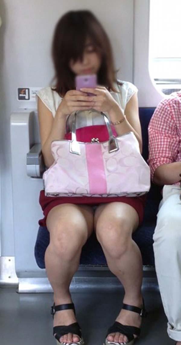 【パンチラエロ画像】熱い視線が対面から突き刺さる!電車内の隙ありパンチラwww 19