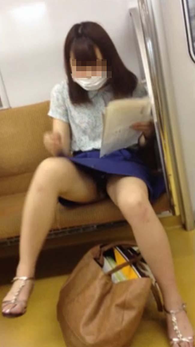 【パンチラエロ画像】熱い視線が対面から突き刺さる!電車内の隙ありパンチラwww 21