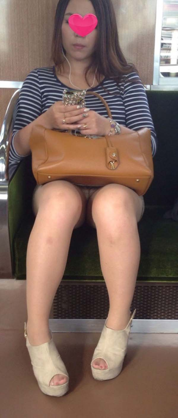 【パンチラエロ画像】熱い視線が対面から突き刺さる!電車内の隙ありパンチラwww 23