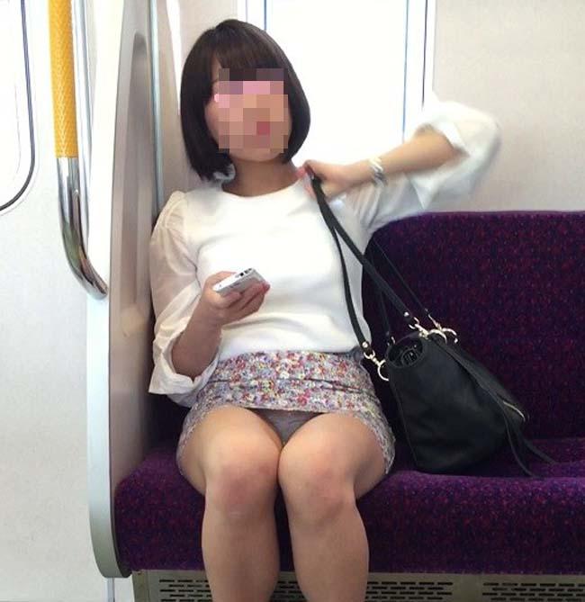 【パンチラエロ画像】熱い視線が対面から突き刺さる!電車内の隙ありパンチラwww 29