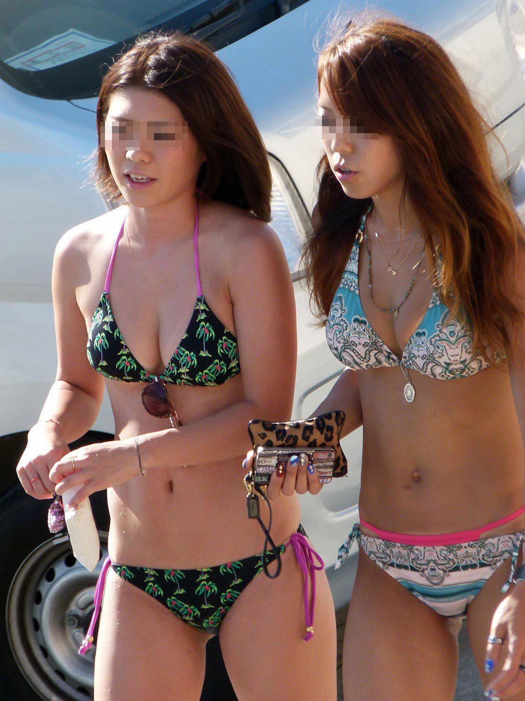 【日焼け女体エロ画像】ビーチで日焼け度チェック!着ててもハミ出す白い柔肌www 09