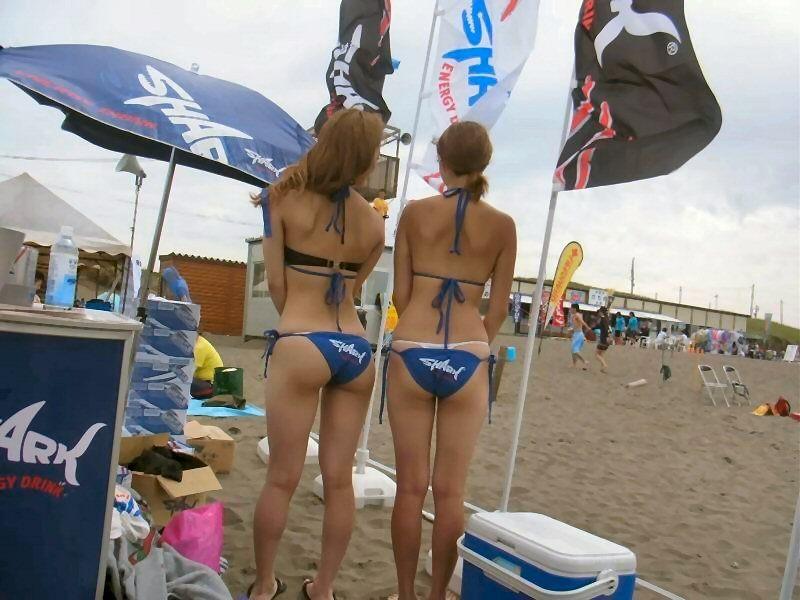 【日焼け女体エロ画像】ビーチで日焼け度チェック!着ててもハミ出す白い柔肌www 13