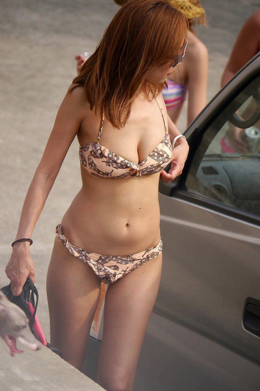 【日焼け女体エロ画像】ビーチで日焼け度チェック!着ててもハミ出す白い柔肌www 26
