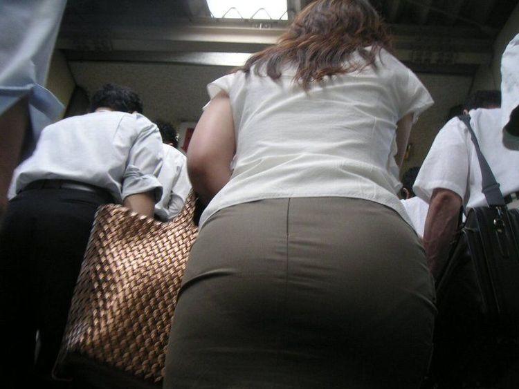 【透けパンエロ画像】誰も教えてくれないまま恥…着衣なのに下着丸見えな淑女たちwww 08