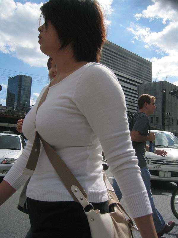 【巨乳エロ画像】主婦層に多い乳袋w揉まれ済と思うと余計にヤバイ街角おっぱいwww 03