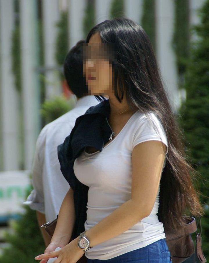 【巨乳エロ画像】主婦層に多い乳袋w揉まれ済と思うと余計にヤバイ街角おっぱいwww 09
