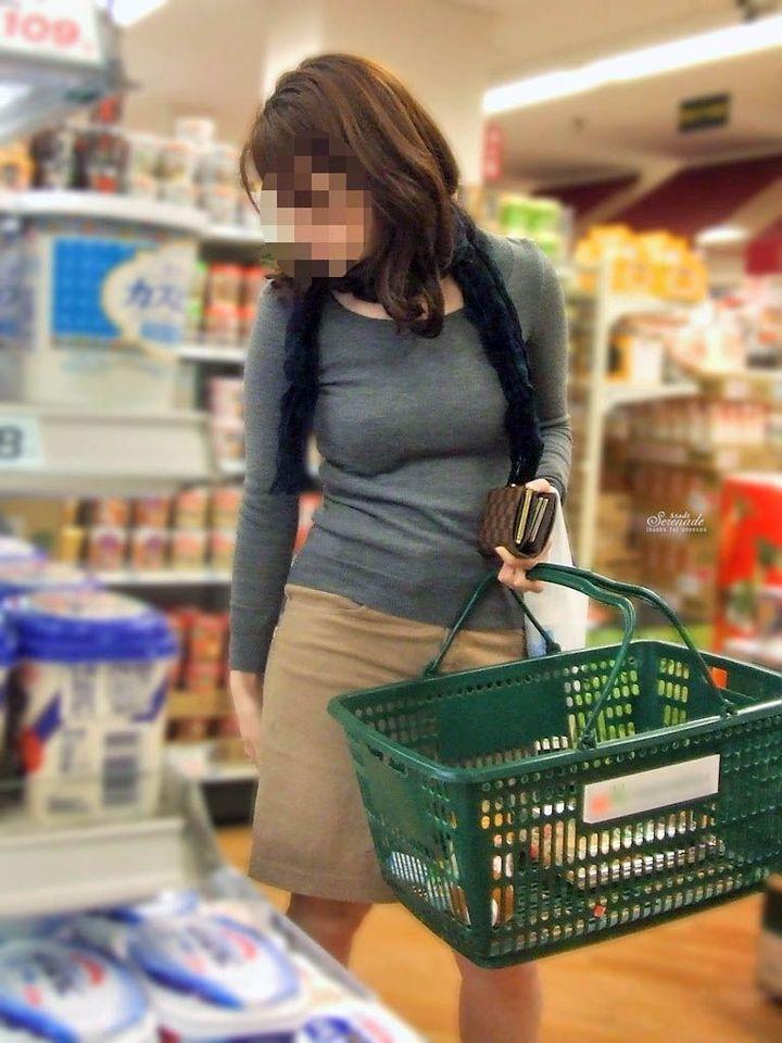 【巨乳エロ画像】主婦層に多い乳袋w揉まれ済と思うと余計にヤバイ街角おっぱいwww 16