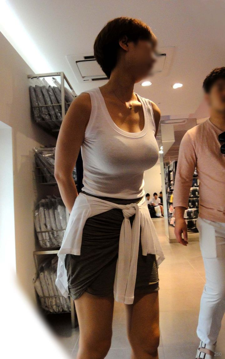 【巨乳エロ画像】主婦層に多い乳袋w揉まれ済と思うと余計にヤバイ街角おっぱいwww 26