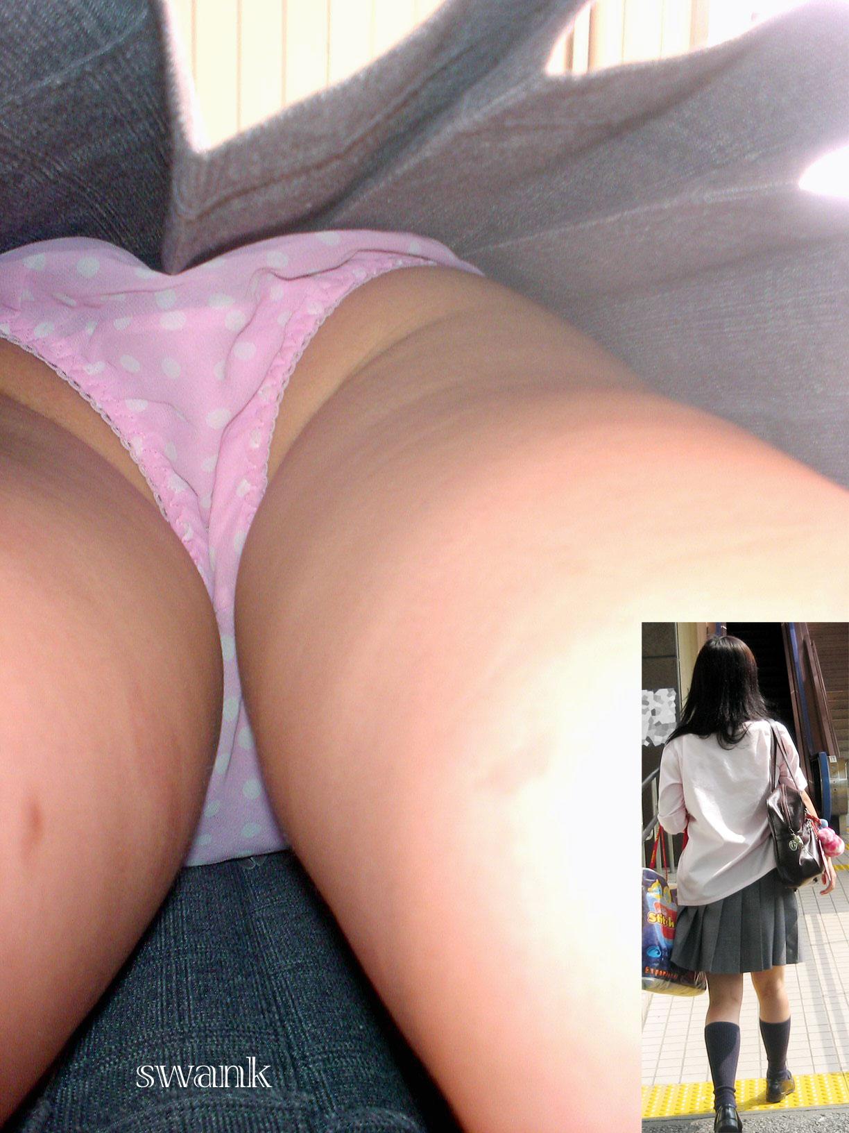 【パンチラエロ画像】お尻の色も目立つ原因wド派手パンツな女子の逆さ撮りwww 04