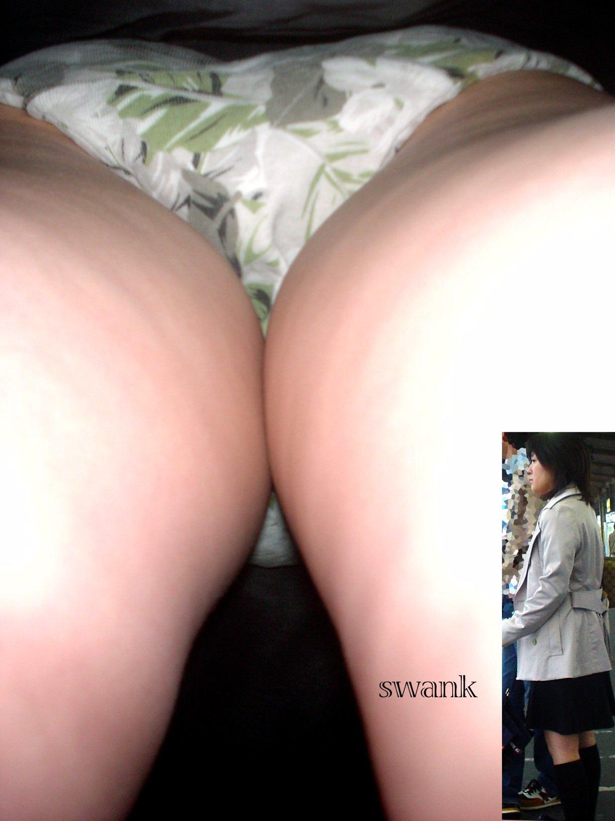 【パンチラエロ画像】お尻の色も目立つ原因wド派手パンツな女子の逆さ撮りwww 10