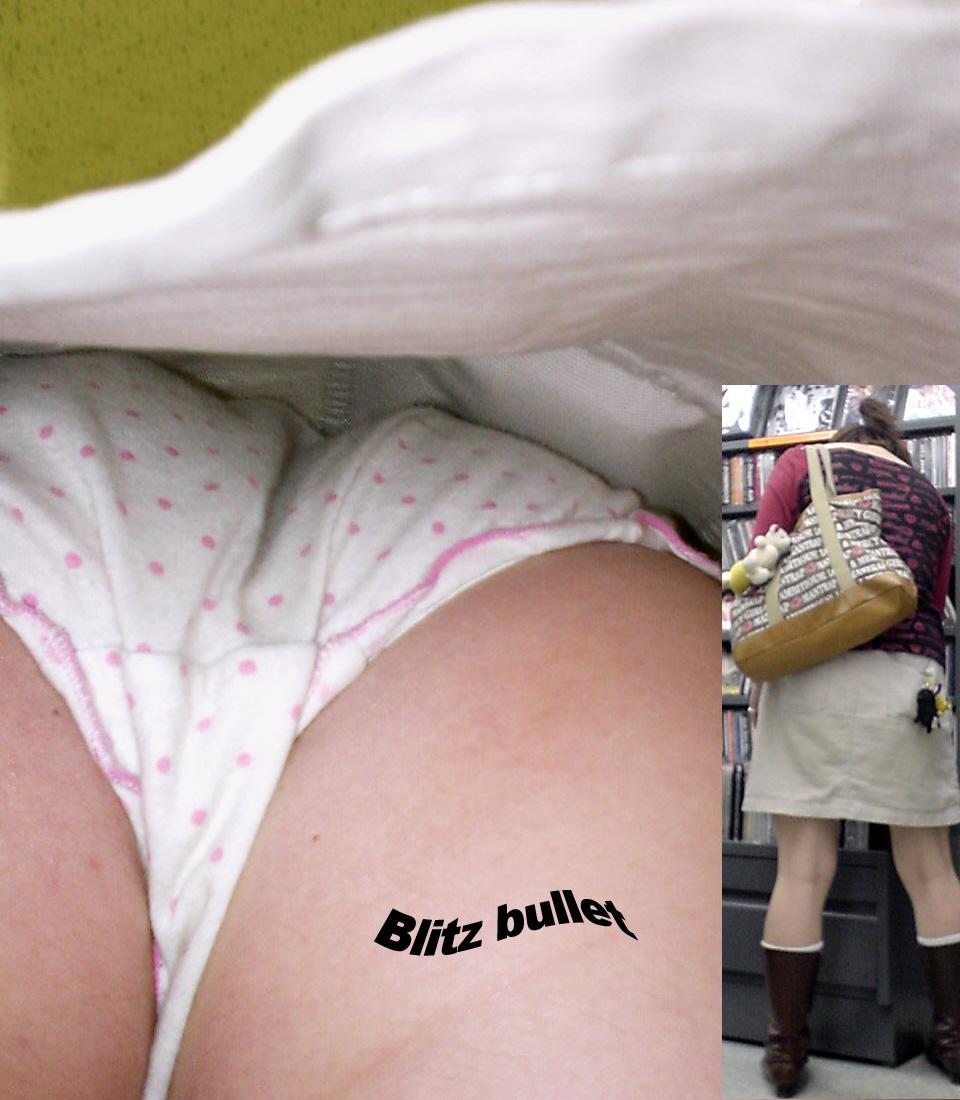 【パンチラエロ画像】お尻の色も目立つ原因wド派手パンツな女子の逆さ撮りwww 26