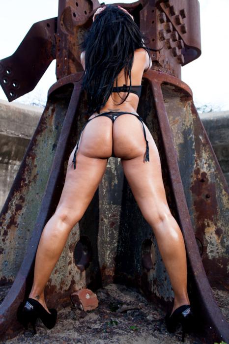 【海外尻エロ画像】騎乗位されたら腰砕きそうな…特盛クラスな異国の爆尻www 24