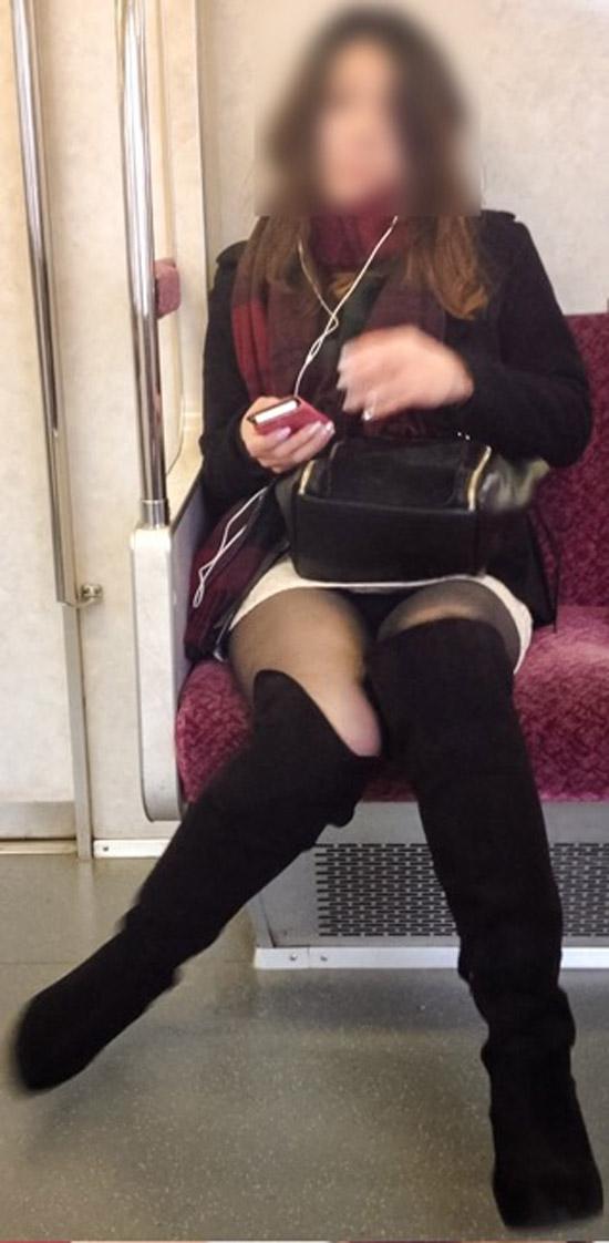 【パンチラエロ画像】標的の行動さえ把握すれば毎日見る事も…電車でゆったりパンチラ鑑賞www 03