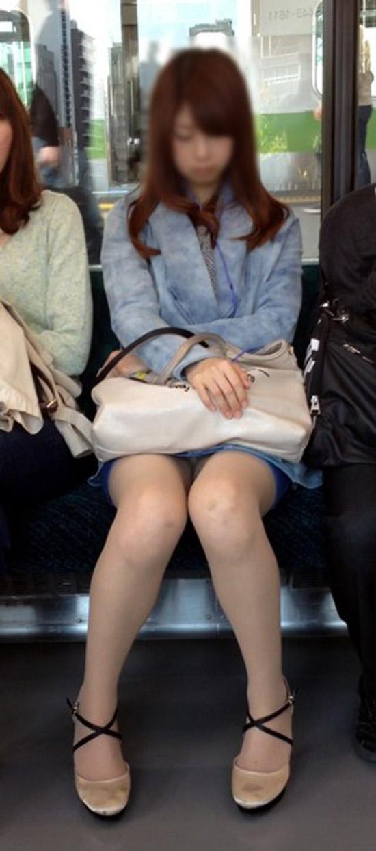 【パンチラエロ画像】標的の行動さえ把握すれば毎日見る事も…電車でゆったりパンチラ鑑賞www 07