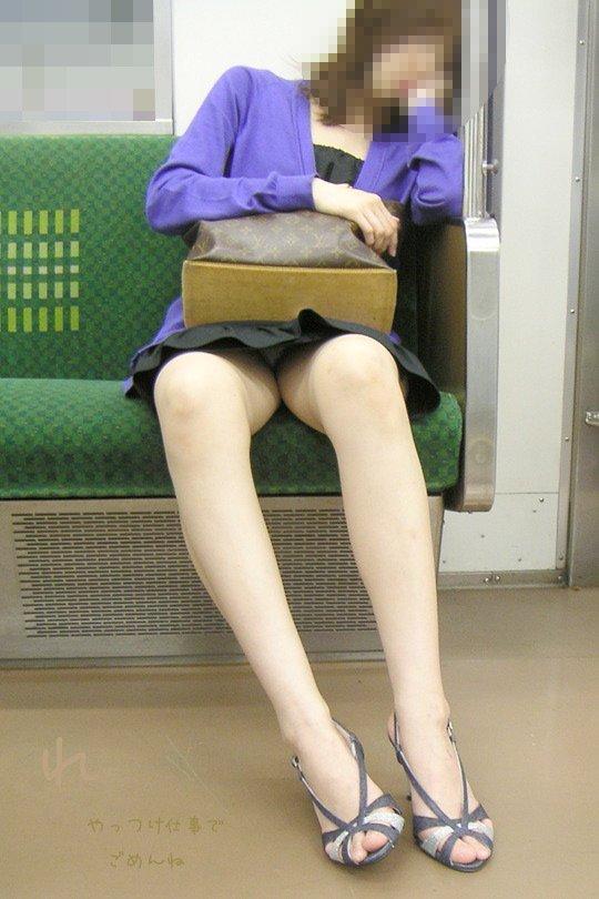 【パンチラエロ画像】標的の行動さえ把握すれば毎日見る事も…電車でゆったりパンチラ鑑賞www 20