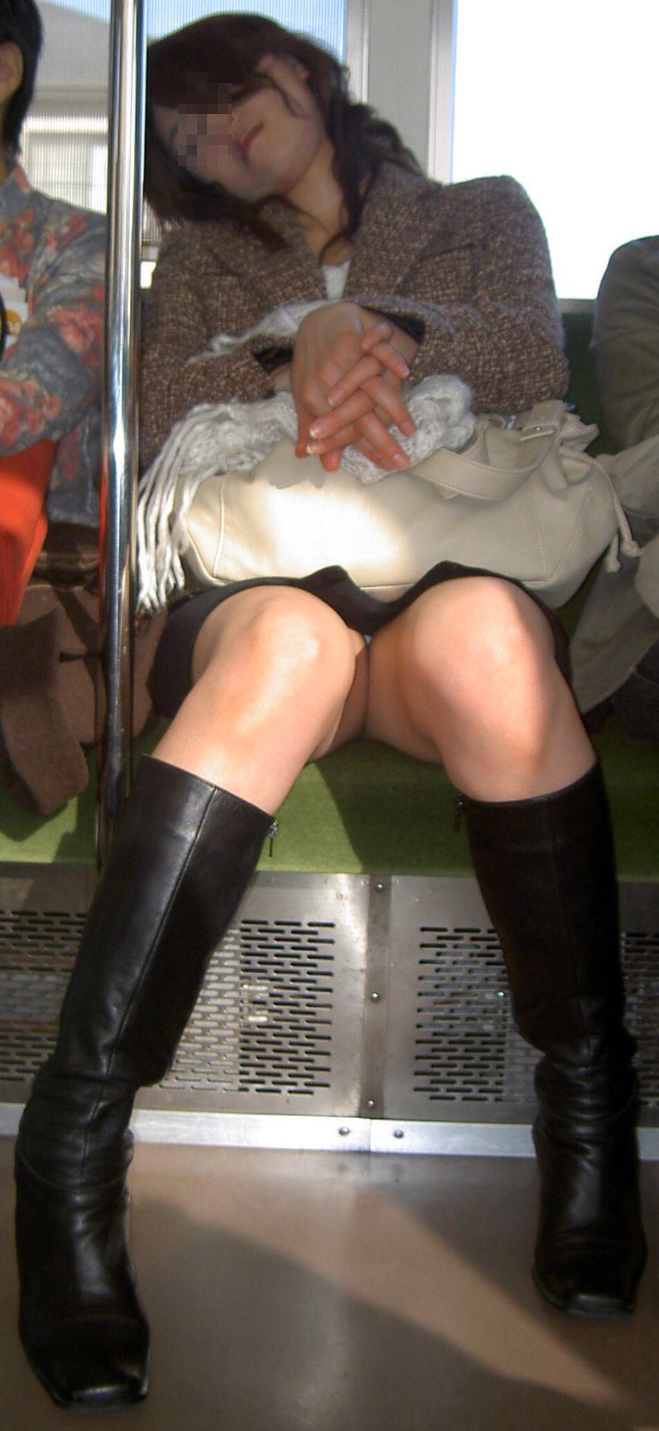 【パンチラエロ画像】標的の行動さえ把握すれば毎日見る事も…電車でゆったりパンチラ鑑賞www 21