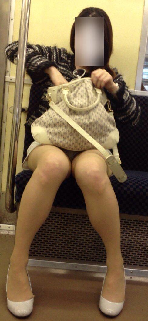 【パンチラエロ画像】標的の行動さえ把握すれば毎日見る事も…電車でゆったりパンチラ鑑賞www 24