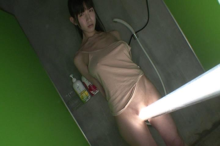 【着エロ画像】辛うじて…でも風前の灯火状態な隠し方の際どい女の股間www 21