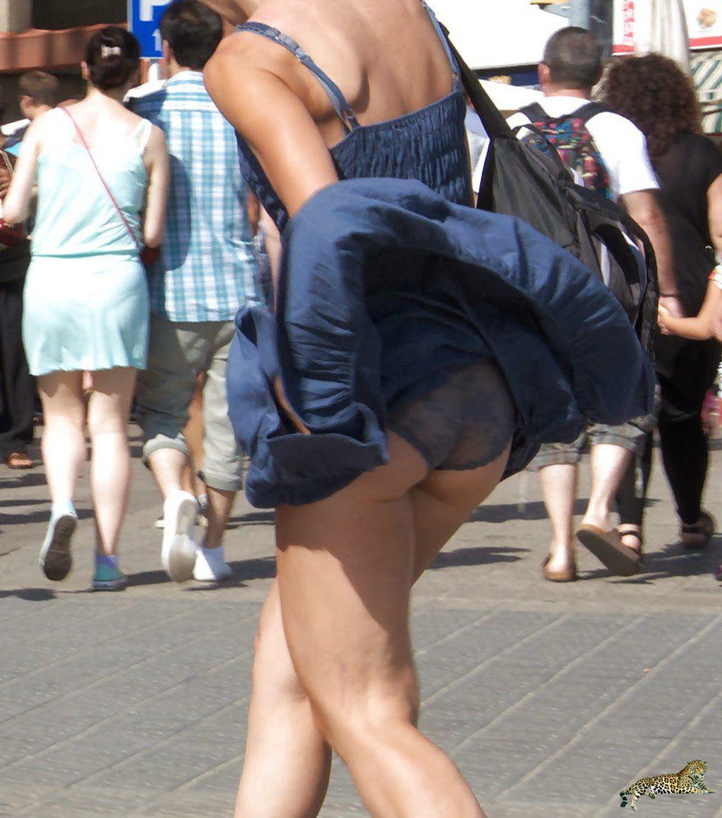 【海外エロ画像】ノーパンがバレても気にしない心の広さ?風に舞う外国女性のパンチラwww 07