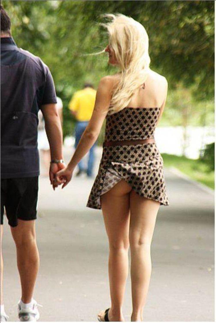 【海外エロ画像】ノーパンがバレても気にしない心の広さ?風に舞う外国女性のパンチラwww 08