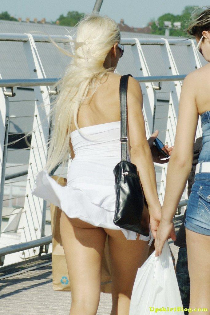 【海外エロ画像】ノーパンがバレても気にしない心の広さ?風に舞う外国女性のパンチラwww 13