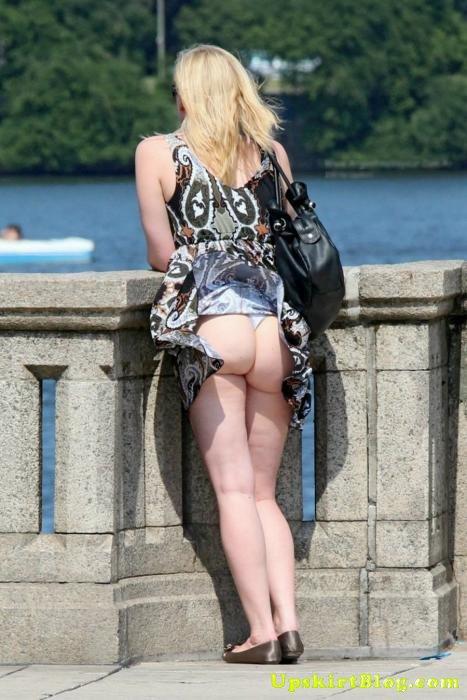 【海外エロ画像】ノーパンがバレても気にしない心の広さ?風に舞う外国女性のパンチラwww 16
