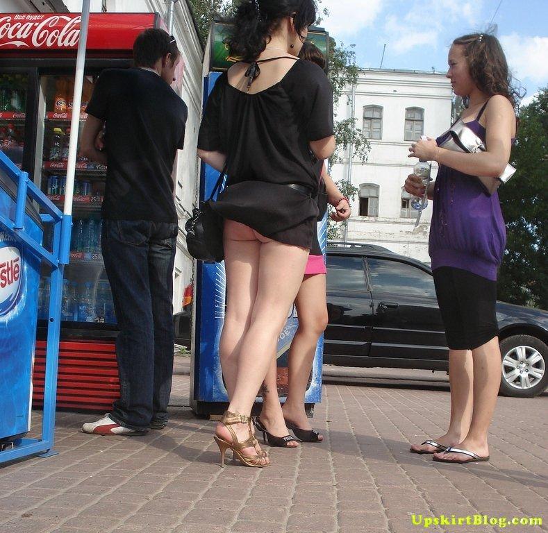 【海外エロ画像】ノーパンがバレても気にしない心の広さ?風に舞う外国女性のパンチラwww 17