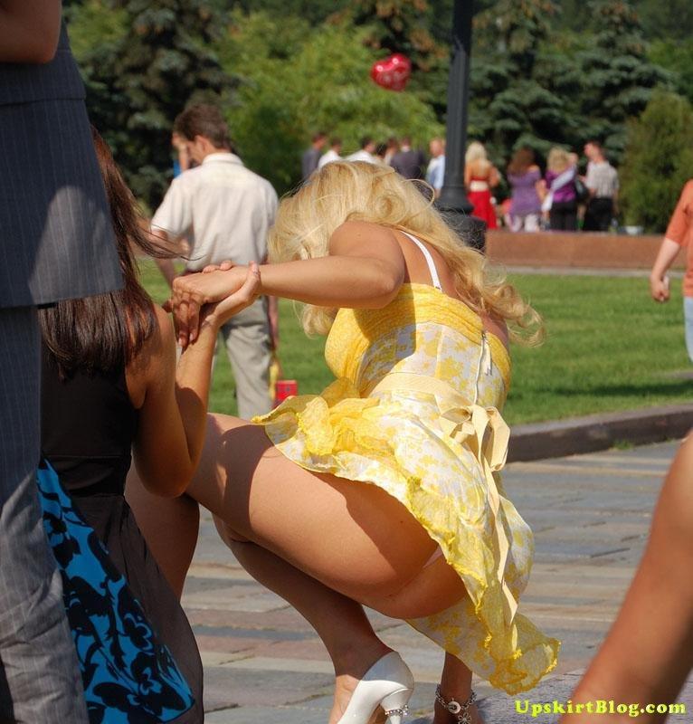 【海外エロ画像】ノーパンがバレても気にしない心の広さ?風に舞う外国女性のパンチラwww 21
