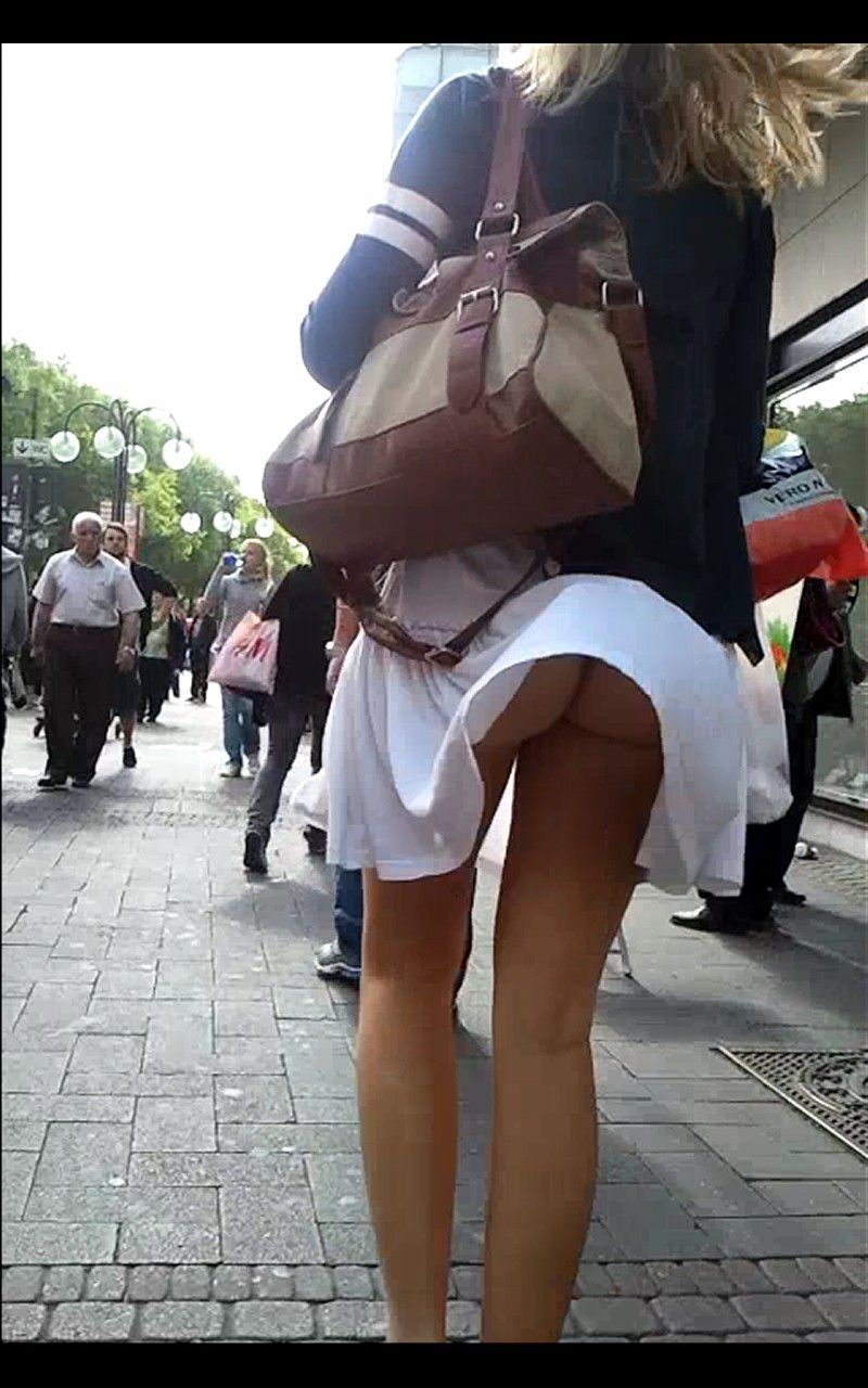 【海外エロ画像】ノーパンがバレても気にしない心の広さ?風に舞う外国女性のパンチラwww 29