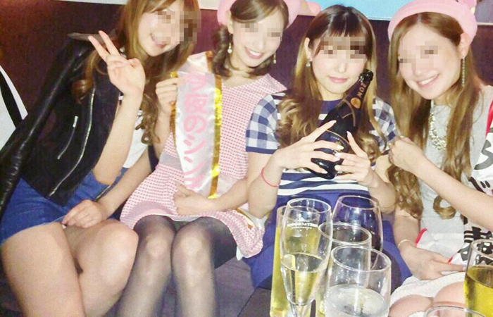 【パンチラエロ画像】ミニスカ女子が前列だから当然…半永久的に丸見えな記念写真パンチラwww 001