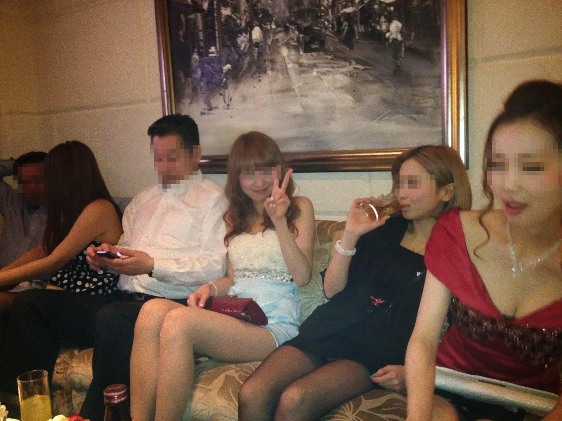 【パンチラエロ画像】ミニスカ女子が前列だから当然…半永久的に丸見えな記念写真パンチラwww 03