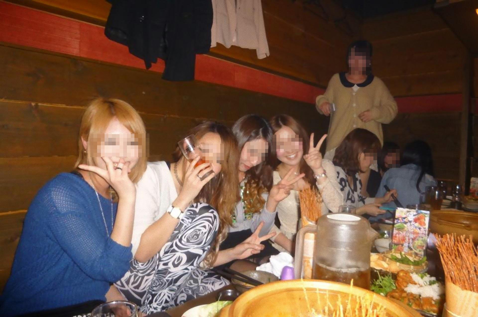 【パンチラエロ画像】ミニスカ女子が前列だから当然…半永久的に丸見えな記念写真パンチラwww 04