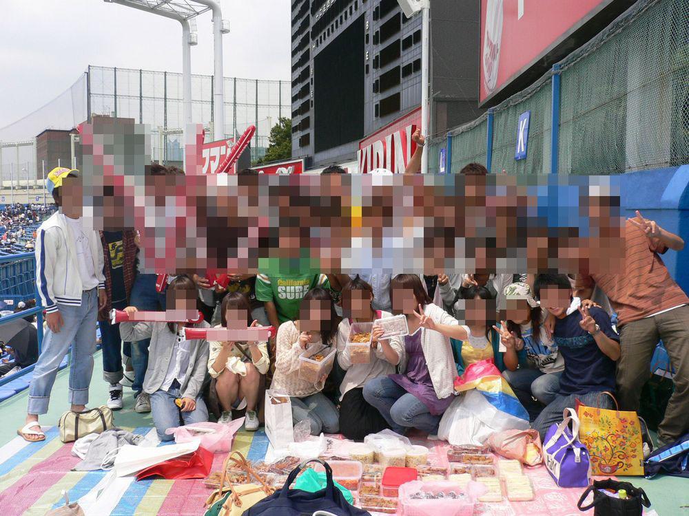 【パンチラエロ画像】ミニスカ女子が前列だから当然…半永久的に丸見えな記念写真パンチラwww 15