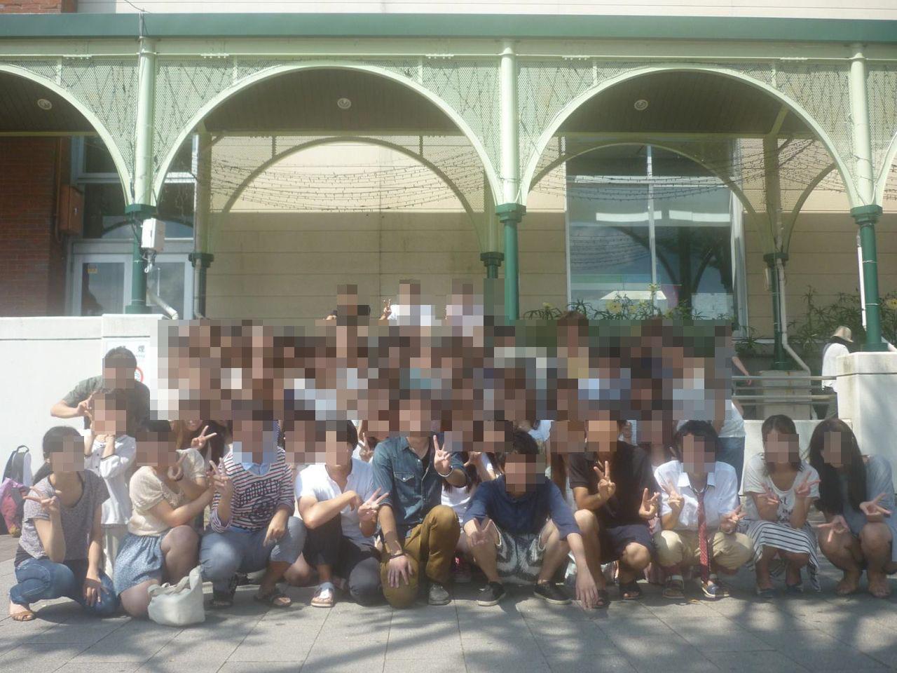 【パンチラエロ画像】ミニスカ女子が前列だから当然…半永久的に丸見えな記念写真パンチラwww 16
