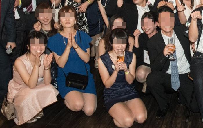 【パンチラエロ画像】ミニスカ女子が前列だから当然…半永久的に丸見えな記念写真パンチラwww 21