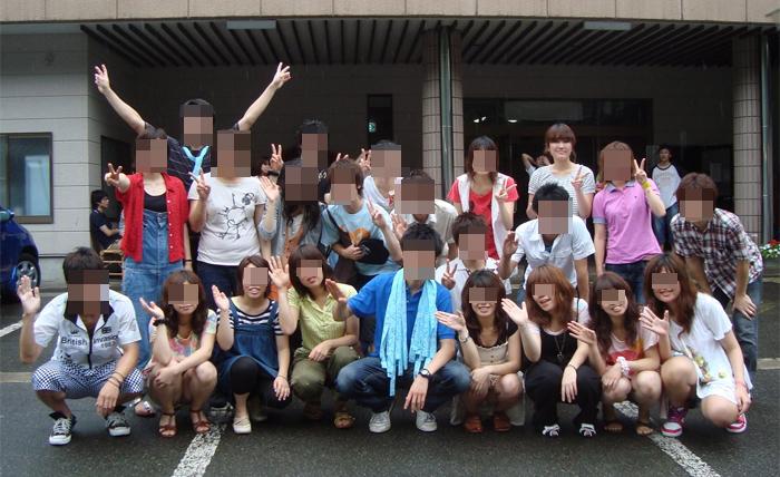 【パンチラエロ画像】ミニスカ女子が前列だから当然…半永久的に丸見えな記念写真パンチラwww 22