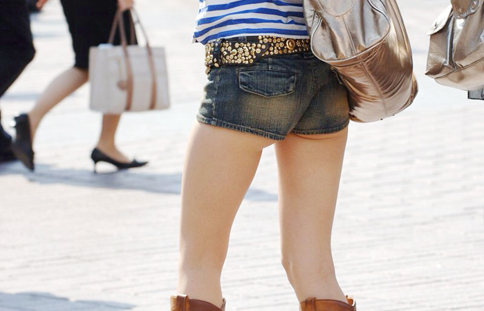 【尻チラエロ画像】裾から隠しきれない肉がwホットパンツ女子のワガママなハミ尻www 001