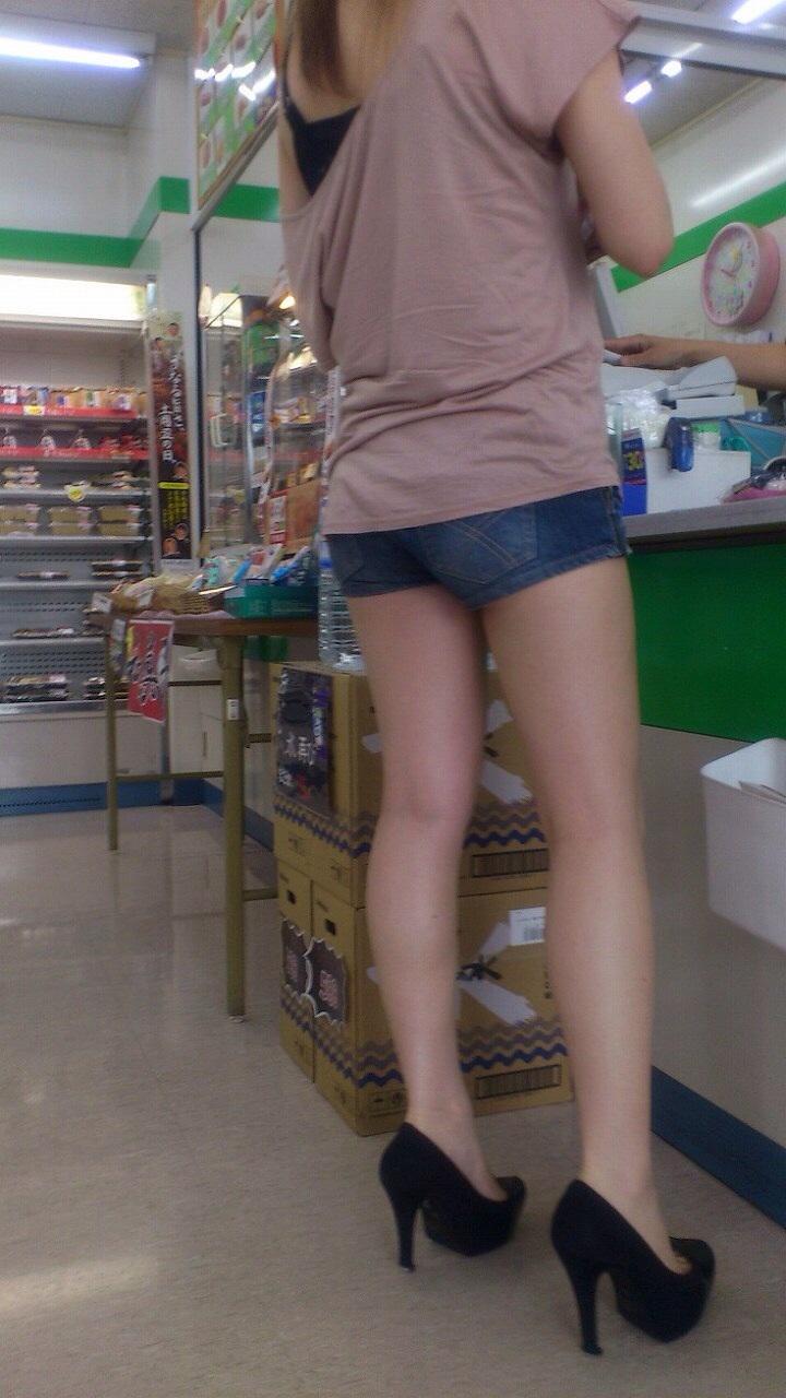 【尻チラエロ画像】裾から隠しきれない肉がwホットパンツ女子のワガママなハミ尻www 02