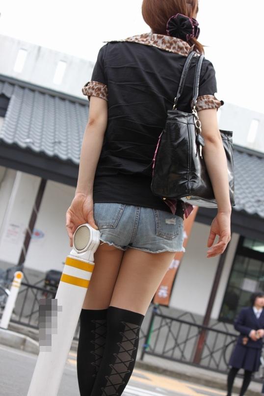 【尻チラエロ画像】裾から隠しきれない肉がwホットパンツ女子のワガママなハミ尻www 05