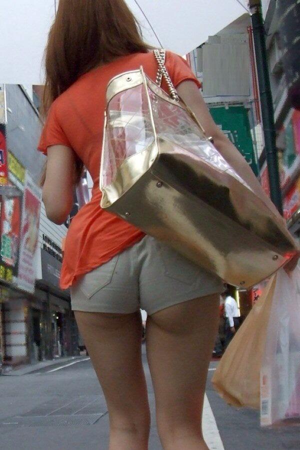 【尻チラエロ画像】裾から隠しきれない肉がwホットパンツ女子のワガママなハミ尻www 06