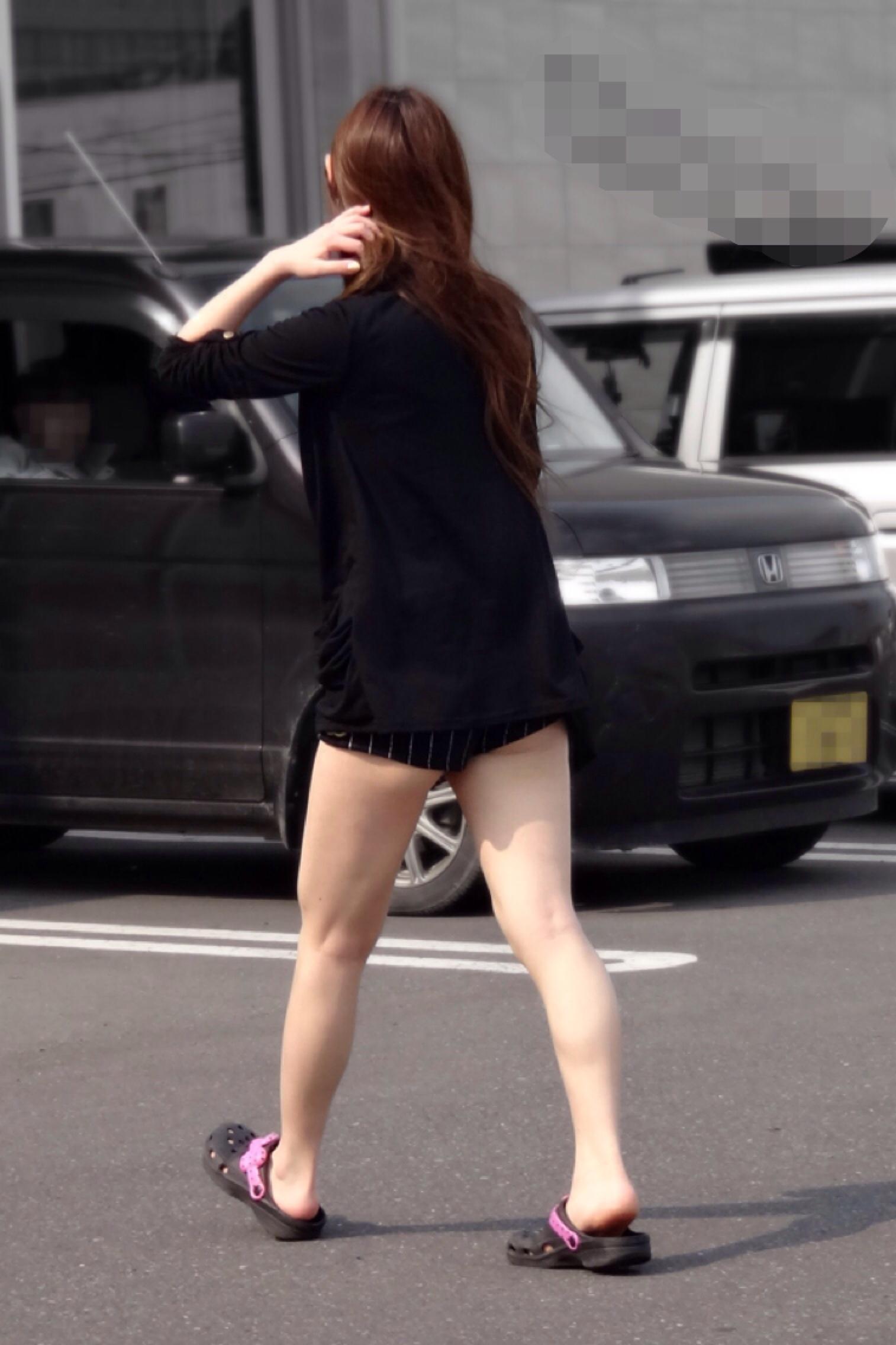 【尻チラエロ画像】裾から隠しきれない肉がwホットパンツ女子のワガママなハミ尻www 07