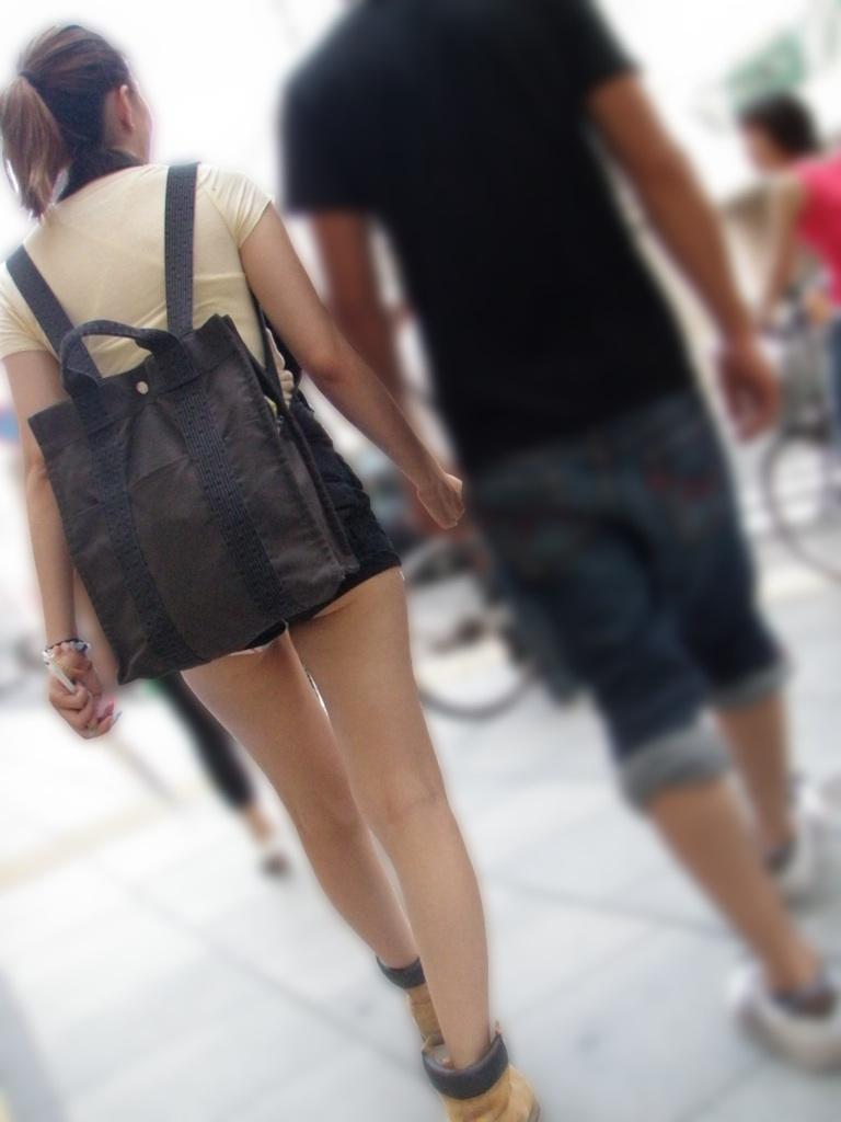 【尻チラエロ画像】裾から隠しきれない肉がwホットパンツ女子のワガママなハミ尻www 12