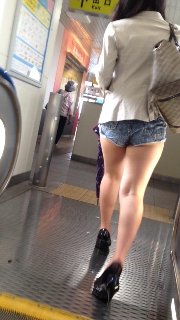 【尻チラエロ画像】裾から隠しきれない肉がwホットパンツ女子のワガママなハミ尻www 13