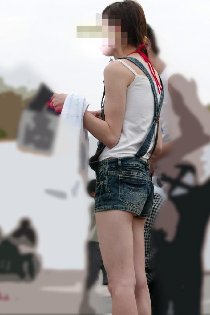 【尻チラエロ画像】裾から隠しきれない肉がwホットパンツ女子のワガママなハミ尻www 14