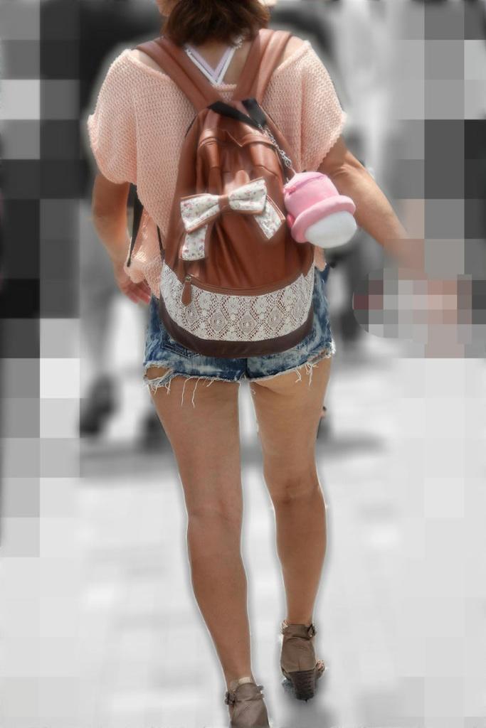 【尻チラエロ画像】裾から隠しきれない肉がwホットパンツ女子のワガママなハミ尻www 15