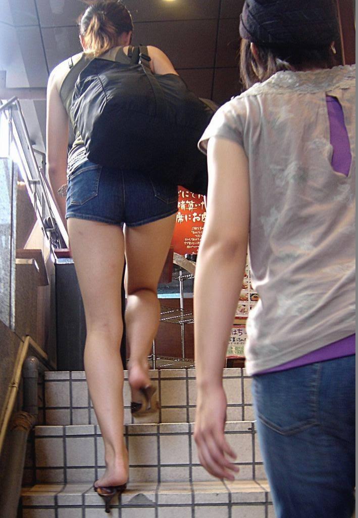 【尻チラエロ画像】裾から隠しきれない肉がwホットパンツ女子のワガママなハミ尻www 19